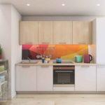 Кухня с оранжевым цветным фартуком