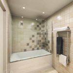 Бежевая ванная с душевой лейкой